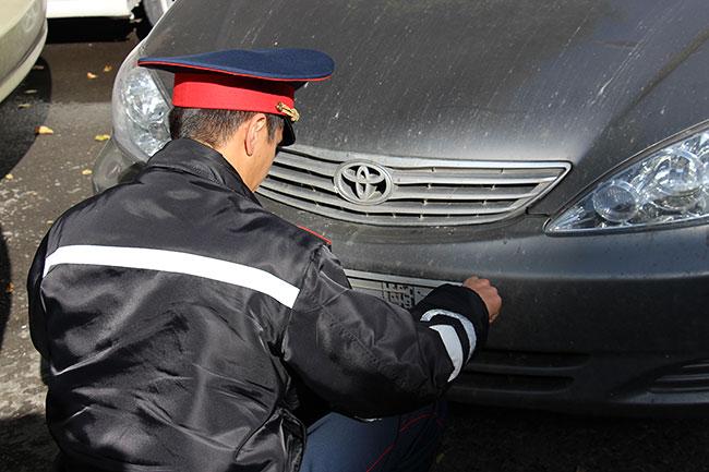 полицейский снимает номер